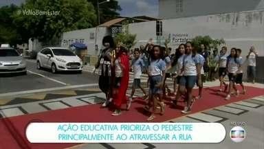 Campanha educativa chama atenção para a educação no trânsito em Fortaleza (CE) - A ação educativa 'Estenda um tapete para o pedestre' tem por objetivo chamar atenção dos condutores sobre a prioridade dos pedestres, principalmente na hora de fazer a travessia da faixa.