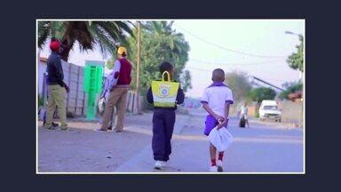Startup produz mochila de plástico e ajuda crianças da África do Sul a estudar - A mochila é feita de sacos plásticos recolhidos na casa dos alunos. Ela vem equipada com uma lâmpada para iluminar na hora do dever de casa, já que muitos estudantes do país vivem em casas sem energia.