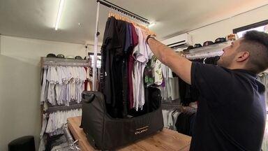Empresário cria franquia de mala-arara para inovar mercado a domicílio - Dono de grife idealiza negócio inovador para otimizar o tempo de quem vende e compra roupas em casa. Ideia foi patenteada e franquia casada impulsiona empresa.