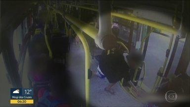 Vandalismo em onibus de Jundiaí - Passageira foi agredida por jovens que sabotavam as portas de um coletivo
