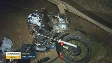 Motociclista morre em acidente na Rodovia Carlos Tonani em Barrinha, SP - Segundo a polícia, o rapaz de 24 anos ia para o trabalho quando bateu na traseira de um caminhão.
