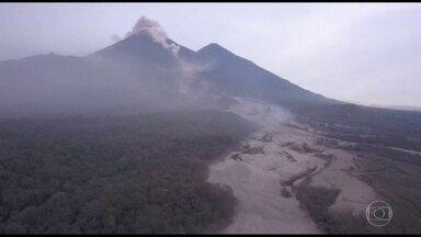 Sobe para 69 o número de mortos na erupção do vulcão de fogo na Guatemala - As equipes de resgate procuram por desaparecidos, mas não há informação de números de quantas pessoas podem estar debaixo da mistura de lava e lama.