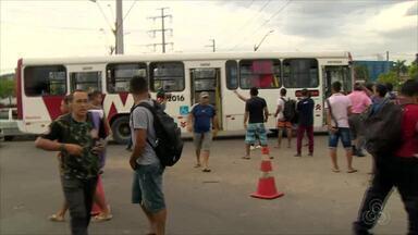 Mais de 60 ônibus são depredados durante 7º dia de greve de rodoviários em Manaus - Levantamento é do Sinetram. Manifestantes chegaram a interditar avenidas em protesto.