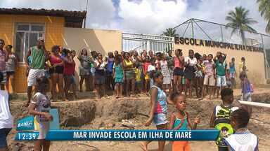 Moradores de Ilha de Maré protestam contra abandono de terminal e problema em escola - Travessia para o bairro de São Tomé de Paripe, em Salvador, está sendo feita em condições inseguras, segundo a comunidade. População também reclama da ação da maré, que está causando destruição em uma escola da localidade.