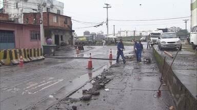Nova etapa de obras na entrada de Santos promete acabar com alagamentos - População enfrenta dificuldades para entrar na cidade. Obras começaram há dois meses.