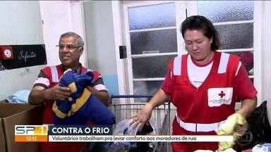 Voluntários trabalham para levar conforto para moradores de rua que enfrentam o frio - Muitas pessoas na capital paulista arregaçam as mangas e doam roupas e agasalhos para os que moram na rua e têm que enfrentar o frio.