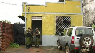 Corpo de mulher é encontrado em casa abandonada na avenida Barão do Rio Branco - Polícia já esteve no local e pediu remoção do cadáver ao Instituto Médico Legal. Há suspeitas de homicídio.