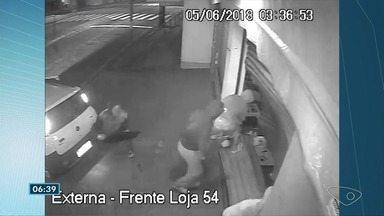 Criminosos usam carro para arrombar loja em Jacaraípe, na Serra, ES - Segundo funcionários da loja, o crime aconteceu por volta das 3h. Havia uma contenção de aço à frente do portão, mas, com o uso do carro, ela também foi quebrada.
