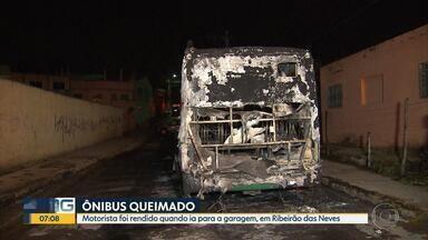 Dois ônibus são incendiados durante a madrugada em Ribeirão das Neves - Motorista seguia para garagem, quando foi rendido pelos criminosos.