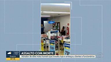 Atirador de elite mata homem que invadiu loja e ameaçou clientes e funcionários em BH - Suspeitos manteve cliente de loja sob mira de arma no Centro da capital.
