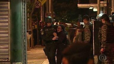Assaltante é morto por atirador de elite depois de fazer mulher refém em Belo Horizonte - A polícia disse que o homem tinha assaltado uma outra loja, e na fuga, acabou cercado. Durante duas horas, os negociadores tentaram convencer o suspeito, que ainda atirou contra os policiais, a se entregar.
