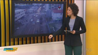 Veja as notícias do trânsito neste começo de quarta-feira (6) - Um acidente com um caminhão frigorífico deixou o trânsito complicado na BR-277.