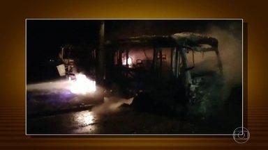 Mais dois ônibus são incendiados em Minas Gerais - Policiais à paisana estão circulando nos ônibus para tentar evitar novos ataques. No Triângulo Mineiro, algumas cidades reforçaram o policiamento. Mesmo assim, foi registrado mais um ataque em Uberlândia.