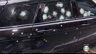 Assaltantes são surpreendidos com reação de vítimas durante roubo de carro em São Paulo - Bandidos que tentavam roubar um carro foram surpreendidos pelas vítimas nesta quarta-feira (6) em SP. Todos estavam saindo de um clube de tiros em São Paulo e atiraram várias vezes contra os assaltantes.