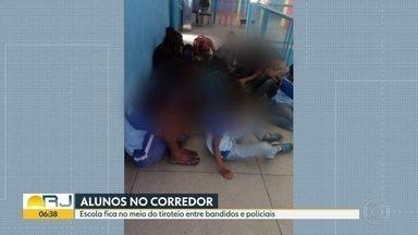 Aulas no corredor em São Gonçalo - Escola fica no meio do tiroteio entre bandidos e policiais