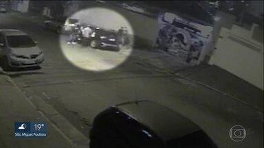 Ladrões tentam roubar carro em frente a um clube de tiro - Câmeras de segurança gravaram o momento em que os assaltantes ficaram acuados dentro de um carro blindado.