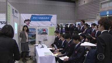 Sobra emprego para jovens no Japão - O correspondente em Tóquio, Márcio Gomes, mostra que as empresas disputam a mão-de-obra e oferecem vários benefícios.