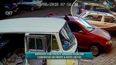 Ônibus com compristas é assaltado na chegada de hotel em Foz - Homens fortemente armados levaram todo o dinheiro do grupo