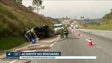 Faixa do Rodoanel é liberada, após tombamento de caminhão carregado de diesel - Acidente foi no trecho de Embu das Artes. Ninguém se machucou.
