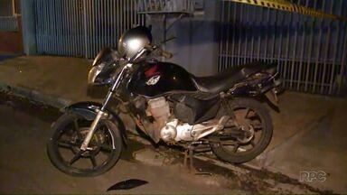 Um motociclista morreu num acidente no fim da tarde de sábado em Sarandi - Foi no Jardim Panorama, segundo a polícia o rapaz de 27 anos estava sozinho na moto, ele perdeu o controle e bateu num poste.