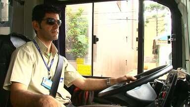 Motorista para ônibus e entrega casaco para morador de rua em Guarapuava - Uma passageira viu o gesto do motorista, publicou em uma rede social, e história viralizou.