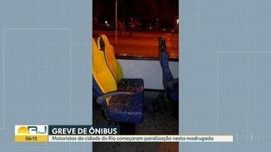Ônibus da empresa Real é apedrejado por manifestantes - Um ônibus da empresa Real foi atacado por pedras. O sindicato dos rodoviários repudiou esta atitude.
