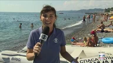 Glenda Kozlowvski mostra a praia da cidade-sede do Brasil na Rússia - Durante o verão em Sochi, os russos curtem uma praia morninha e aproveitam o sol. Jornalista conta que hotel em que a seleção se hospeda possui praia particular