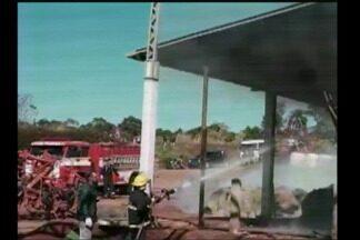 Incêndio atinge galpão de feno em Três Passos - Trabalho do Corpo de Bombeiros durou cerca de trinta horas.