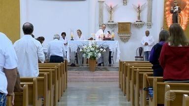Fiéis católicos celebram Dia de Santo Antônio nesta quarta-feira - Missa em Presidente Prudente contou com a tradicional distribuição de pães.