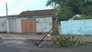 Buraco fechado começa a abrir de novo na Rua Rio Grande em Ribeirão Preto, SP - O problema já virou novela no quadro 'Até Quando?'.