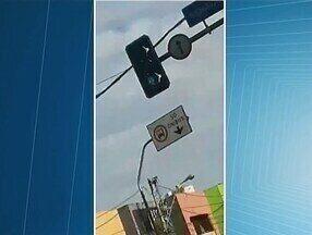 Falta de sincronia entre semáforos pode ter causado acidente de trânsito em Uberaba - Batida entre dois carros foi no cruzamento da Rua Senador Pena com a Avenida Leopoldino de Oliveira. Prefeitura comentou o assunto.