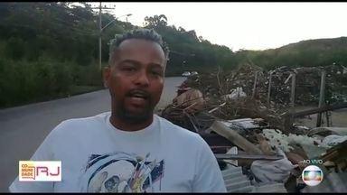 Moradores da Zona Oeste reclamam das péssimas condições da Estrada de Paciência - Comunidade RJ recebeu vídeo que mostra despejo irregular de lixo, buracos no asfalto e falta de iluminação