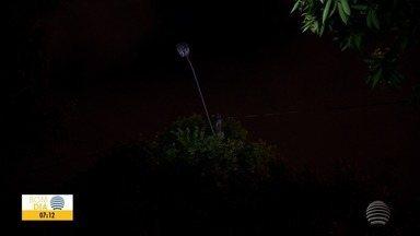 População tem dúvidas sobre quem acionar quando lâmpadas de poste queimam - Bom Dia Fronteira explica o que fazer.