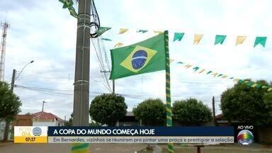 Grupo se reúne para pintar e decorar praça para a Copa do Mundo - Em Presidente Bernardes, vizinhos se uniram para prestigiar a seleção.