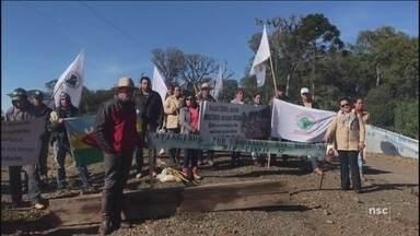 Famílias ocupam obras de barragem em SC para reivindicar indenizações - Famílias ocupam obras de barragem em SC para reivindicar indenizações