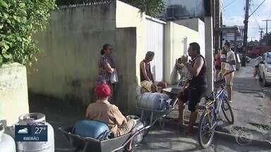 Procura por gás de cozinha persiste em revendedoras do Grande Recife - Em muitos pontos, o atendimento é agendado com fichas.
