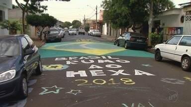 Em clima de Copa do Mundo, moradores decoram ruas e casas em Ribeirão Preto - Torcida mantém esperança na conquista do título pela Seleção Brasileira.