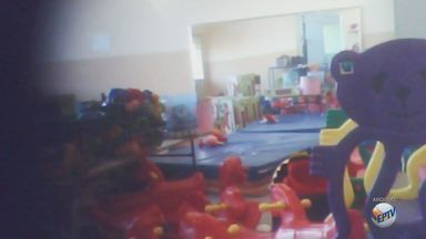 Alunos de creche em São Carlos assistem aulas em sala improvisada - Salas oficiais da instituição estão fechadas por problemas na estrutura.
