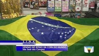 Vendas de artigos para torcida na Copa do Mundo movimenta comércio em São José - Expectativa dos torcedores é boa para o mundial.