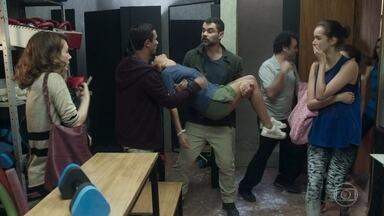 Márcio encontra Pérola desacordada - O gerente da academia corre para chamar o médico enquanto Rafael carrega a menina