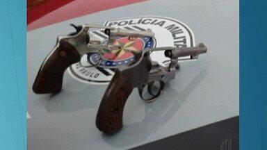Dois homens são baleados durante troca de tiros com a polícia em Suzano - Os suspeitos fugiam de uma abordagem policial.