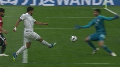 Suárez recebe de Cavani, mas goleiro faz grande defesa, com 1' do 2ºT - Suárez recebe de Cavani, mas goleiro faz grande defesa, com 1' do 2ºT.