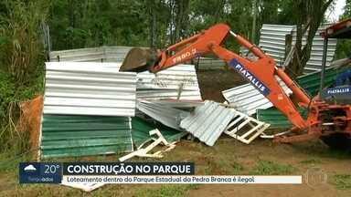 Obras de loteamento irregular em Barra de Guaratiba são demolidas - A área inclui parte do Parque Estadual da Pedra Branca.