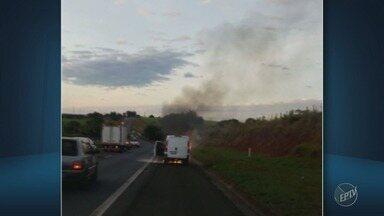 Carro pega fogo na Rodovia Zeferino Vaz, em Cosmópolis - A causa do incêndio está sendo investigada. Ninguém se feriu.