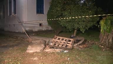 Poço desativado explode no pátio de uma escola estadual em Ponta Grossa - O poço estava sendo preenchido com entulho, matéria orgânica que em decomposição libera gás metano, uma bituca de cigarro pode ter provocado a explosão.