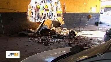 Motorista perde o controle da direção e bate carro contra muro de oficina em Goiânia - Segundo o Corpo de Bombeiros, mulher teve ferimentos leves.