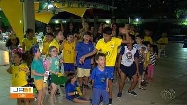 Goianos se empolgam com o início da Copa do Mundo - Moradores de um prédio se organizaram para assistirem juntos aos jogos do Brasil.