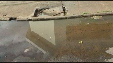 Bueiro entupido incomoda vizinhança do bairro Ipiranga em Ribeirão Preto, SP - Segundo moradores, problema se estende há mais de um ano.