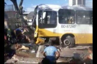 Em acidente, ônibus derruba árvore em Icoaraci, distrito de Belém - A colisão aconteceu na manhã desta sexta-feira (15)