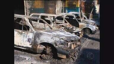 PM registra atos de vandalismo a veículos em Uberlândia e Monte Carmelo - Ônibus e carros foram incendiados entre a noite de quinta-feira (14) e a madrugada desta sexta-feira (15). Polícia Militar descarta relação com os ataques que ocorreram no início do mês.